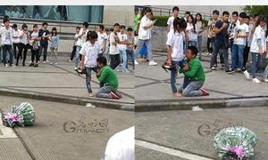 Chàng trai quỳ gối ôm chân bạn gái cầu xin tình yêu