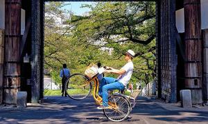 Chàng trai Nhật Bản làm xiếc trên xe đạp gây sốt