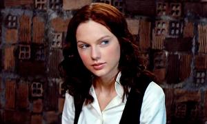 Taylor Swift lạ lẫm phiêu piano trong 'The Giver'