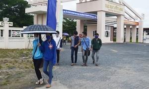 Giảng viên, sinh viên bức xúc vì trường cấm mặc quần jeans
