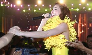 Hà Hồ 'vứt kịch bản' trong đêm hát miễn phí