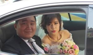Chú rể 100kg bẽn lẽn hôn cô dâu nhỏ xinh trong ngày cưới