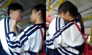 Học sinh cấp hai ôm hôn nồng nhiệt trên xe buýt