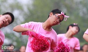 Nam sinh Chu Văn An mặc váy, thắt nơ, cổ vũ cực sung