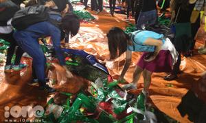 Fan hì hụi dọn rác sau Live concert của Mỹ Tâm