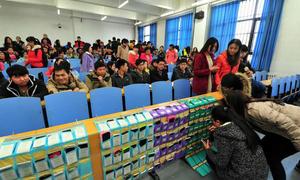 Trường ĐH thu điện thoại hàng loạt, chấm dứt hiện tượng 'cúi đầu' trong lớp