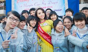 Hoa hậu Kỳ Duyên được teen vây kín khi trở về trường cũ