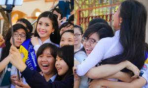 Á hậu Diễm Trang được teens trường cũ ôm chặt cứng