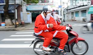 Teen Đà Nẵng kiếm bộn tiền nhờ hóa thành 'anh già Noel'