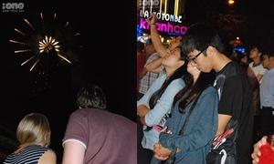 Cặp đôi Sài thành tình tứ ngắm pháo hoa đón năm mới