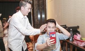 Đàm Vĩnh Hưng tự tay làm tóc cho các ca sĩ trong liveshow