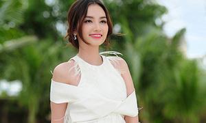 Hot or not: Trúc Diễm diện váy lông 'te tua'