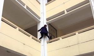 Nữ sinh làm 'người nhện' trên ban công trường gây choáng