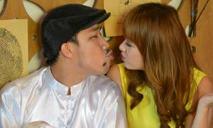 Hari Won ngượng ngùng hôn môi Trấn Thành