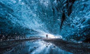 Choáng ngợp trước vẻ đẹp lộng lẫy trong động băng Iceland