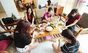 Nữ sinh Việt tại Singapore trổ tài nấu món ăn ngày Tết