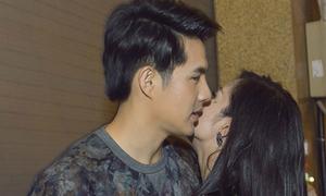 Ông Cao Thắng tình cảm hôn Đông Nhi sau khi diễn