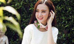 Hot or not: Phương Trinh thử mốt cổ áo rời độc đáo