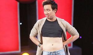 Trấn Thành vạch áo khoe bụng 'béo' trên sân khấu