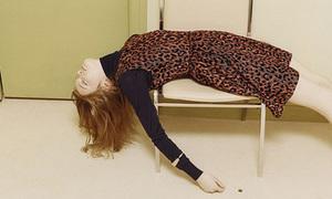 Victoria Beckham bị 'ném đá' vì cho người mẫu tạo dáng kỳ quặc