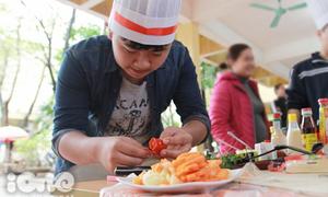 Teen boy Chuyên Ngữ 'tay dao tay thớt' trổ tài nấu ăn