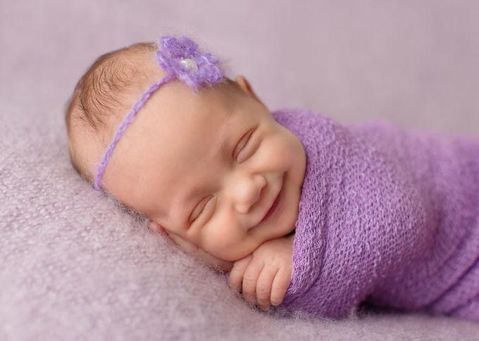 Nụ cười 'cute lạc lối' của bé sơ sinh đang say ngủ