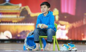 Cao thủ 9 tuổi bịt mắt, dùng chân giải Rubik nhanh như chớp