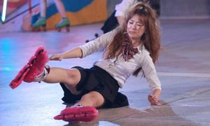 Hari Won vô tư mặc váy trượt patin