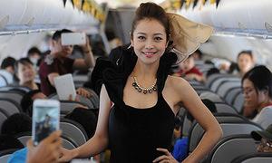 Jennifer Phạm diễn thời trang trên máy bay gây bất ngờ