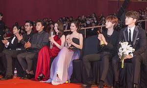 Ngọc Trinh, Linh Chi đẹp nổi bật khi ngồi hàng ghế đầu với SuJu