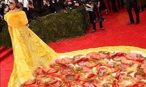 Váy hoành tráng của Rihanna bị chế thành trứng chiên, pizza
