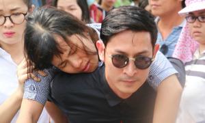 Diễn viên Huy Khánh cõng chị Duy Nhân ngất xỉu