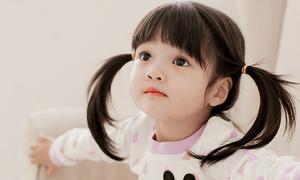 Mẫu nhí 3 tuổi mặt tròn xoe đáng yêu hệt búp bê sứ