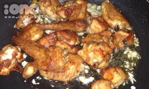 Hì hụi làm cánh gà xóc muối tỏi ngon miễn bàn