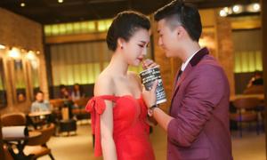 Huỳnh Anh tình tứ chăm sóc bạn gái Hoàng Oanh