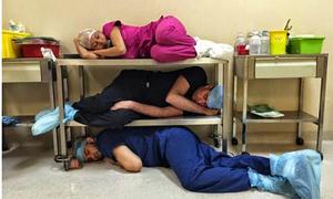 101 kiểu ngủ mê mệt không biết trời đất của các bác sĩ