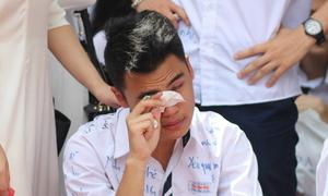 Boy Trần Phú khóc nghẹn giữa sân trường chia tay cuối cấp