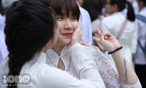 Teen Việt Đức khóc, cười, mi nhau cực ngọt trong lễ bế giảng