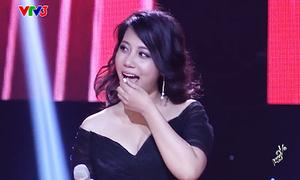 Cô gái 'vừa ăn vừa hát' khoe biệt tài ngay trên sân khấu The Voice