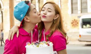 Lương Mạnh Hải ôm hôn, mừng sinh nhật Minh Hằng giữa phố