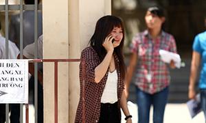 Nữ sinh khóc ngất vì bị đình chỉ thi do mang điện thoại