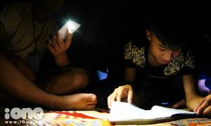 Qua thời đom đóm, sĩ tử hiện đại soi đèn smartphone