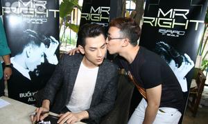 Fan nam bất ngờ 'cưỡng hôn' Isaac trong buổi ký tặng single
