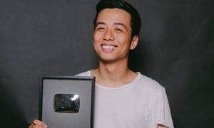 Vlogger He Always Smiles khoe nút play bạc từ YouTube