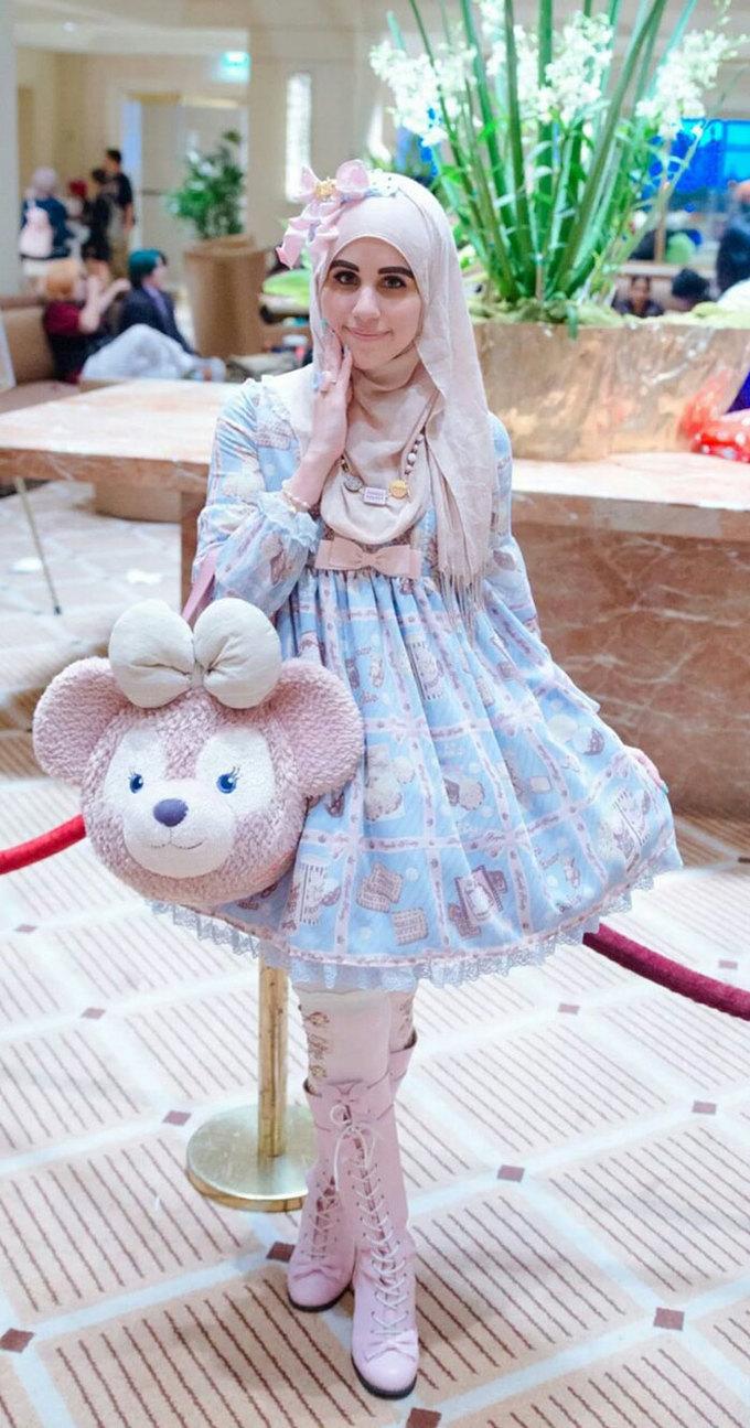 <p> Chiếc khăn đội đầu của người Hồi giáo kết hợp khéo léo với chiếc váy, phụ kiện diêm dúa điệu đà theo phong cách Lolita lại trở thành điểm nhấn đặc biệt cho tổng thể trang phục.</p>