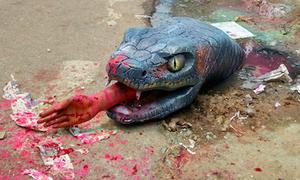 Ấn Độ dùng mô hình trăn ăn thịt người để cảnh báo ổ gà