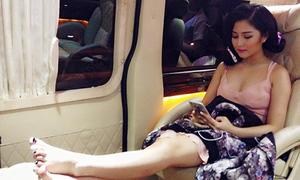 Sao Việt 13/8: Hương Tràm ngồi Limousine ăn vận như trong phòng ngủ
