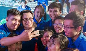 Sinh viên sướng rơn vì Phó Thủ tướng Vũ Đức Đam quá thân thiện