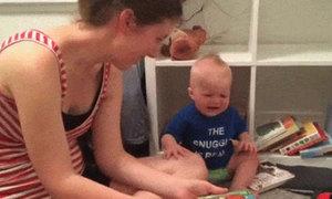 Cậu bé khóc nức nở mỗi lần gập truyện