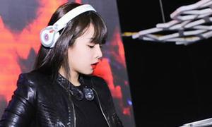 Hoa khôi DJ bị đồng nghiệp phá, rút dây, chỉnh nút trên bàn mix